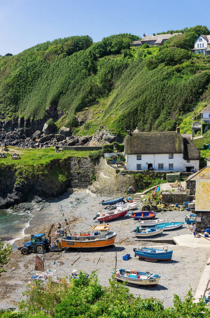 JR51GW Cadgwith Cove village and beach with fishing boats, Lizard Peninsula, Cornwall, UK in summer